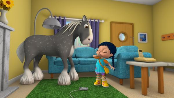 Im Wohnzimmer trifft Wissper auf Pferd Herbert. | Rechte: ZDF/m4e
