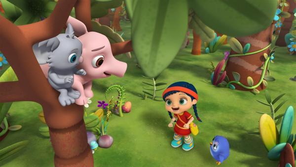 Schweinchen Pelle ist im Baum hängen geblieben. Wissper bittet die kleine Koalabärin Kylie, Pelle Gesellschaft zu leisten, bis Hilfe kommt. | Rechte: ZDF/M4e