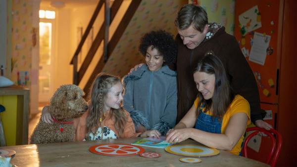 Die Familie Brockmann-Bell mit ihrem Hund Wuffel: (v.l.n.r.): Evi (Tahliya Lowles), Tom (Ellis-James Naylor), Simon (James Merry) und Tess (Andrea Valls)   Rechte: ZDF und Darrell MacQueen