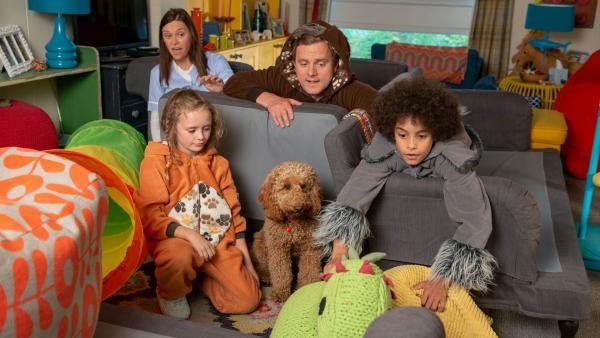 Brockmann-Bell mit ihrem Hund Wuffel (v.l.n.r.): Tess (Andrea Valls), Evi (Tahliya Lowles), Simon (James Merry) und Tom (Ellis-James Naylor).   Rechte: ZDF und Darrell MacQueen