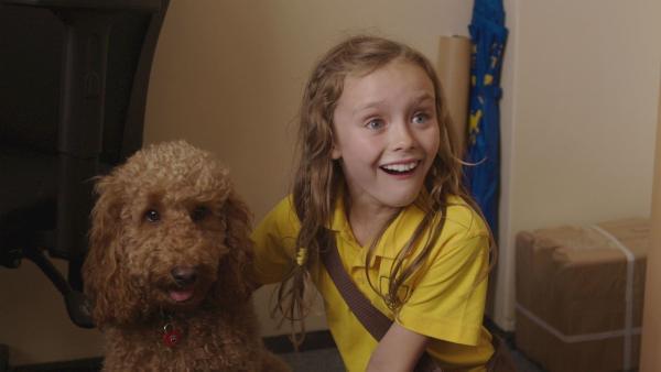 Evi (Thaliya Lowles) mit Wuffel, dem Wunderhund.   Rechte: ZDF und Darrell MacQueen