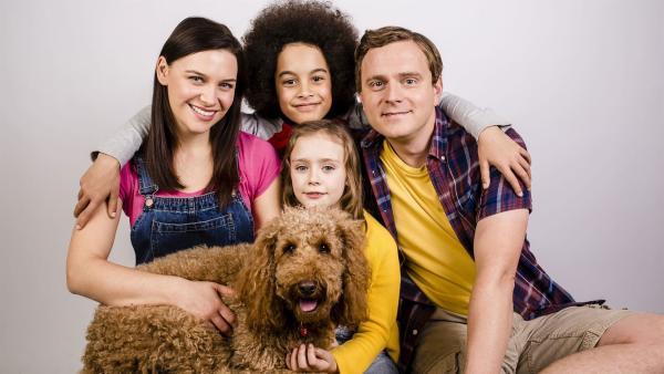 Wie Familie Brockmann-Bell mit ihrem Hund Wuffel (v.l.n.r.): Tess (Andrea Valls), Evi (Tahliya Lowles), Tom (Ellis-James Naylor) und Simon (James Merry) | Rechte: ZDF und Darrell MacQueen