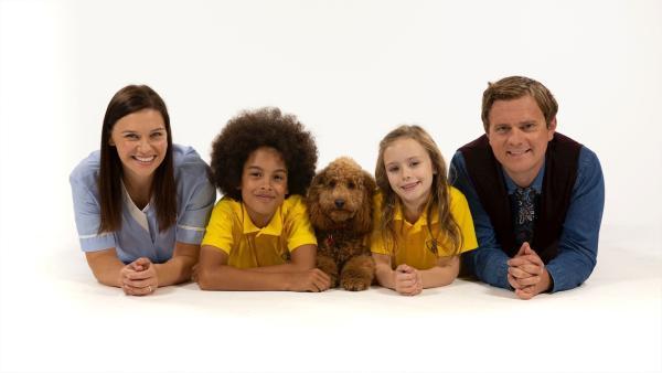 Die Familie Brockmann-Bell mit ihrem Wunderhund Wuffel (v.l.n.r.): Tess (Andrea Valls), Tom (Ellis-James Naylor), Evi (Tahliya Lowles) und Simon (James Merry) | Rechte: ZDF und Darrell MacQueen