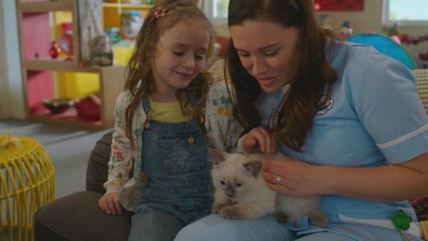 Zu Evis (l. Thaliya Lowles) Entzücken hat Tess (r. Andrea Valls) ein niedliches kleines Kätzchen mit nach Hause gebracht. | Rechte: ZDF und Darrell MacQueen