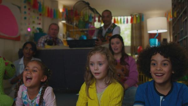 Die Kinder sind begeistert von Wuffels Fähigkeiten. Von l. nach r.: Anaya (Anjika Dyal), Evi (Tahliya Lowles), Tom (Ellis-James Naylor) | Rechte: ZDF und Darrell MacQueen