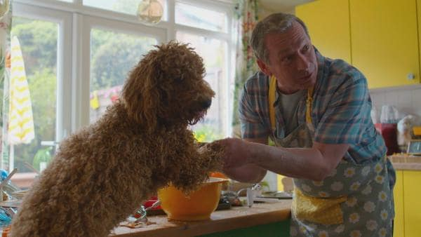 Wuffel hilft Opa Denis (Paul Ryan) beim Backen von Hundekuchen. | Rechte: ZDF und Darrell MacQueen