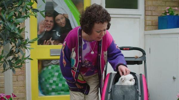 Frau Hobbs (Angela Curran) streichelt ihren Schorsch, während die Brockmann-Bells vergeblich versuchen, aus ihrer verbarrikadierten Haustier herauszukommen. | Rechte: ZDF und Darrell MacQueen