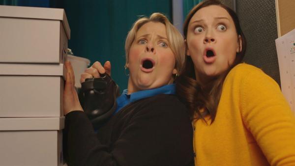 Entsetzt blicken die Schuhverkäuferin (l. Rachael Chisholm) und Tess (Andrea Valls) auf das Chaos, das Wuffel angerichtet hat. | Rechte: ZDF und Darrell MacQueen