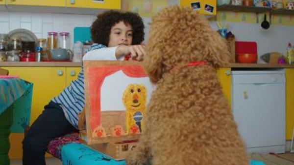 Tom (Ellis-James Naylor) zeigt Wuffel das Bild, das er von ihm gemalt hat. | Rechte: ZDF und Darrell MacQueen