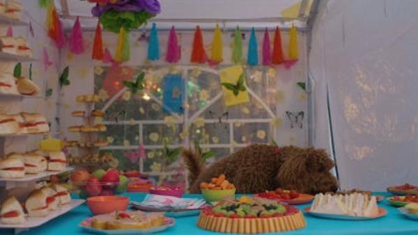 Während draußen gefeiert wird, macht sich Wuffel im Festzelt unbemerkt über das Buffet her. | Rechte: ZDF und Darrell MacQueen