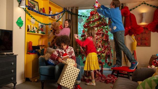 Die Familie Brockmann-Bell feiert zum ersten Mal Weihnachten mit Wuffel: (von l. nach r.) Tom (Ellis-James Naylor), Tess (Andrea Valls) mit Wuffel im Arm, Evi (Tahliya Lowles) und Simon (James Merry) | Rechte: ZDF und Darrell MacQueen