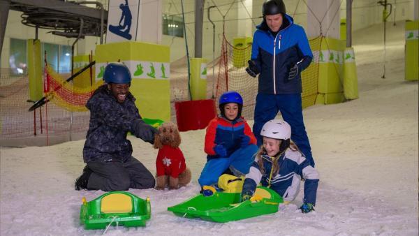 Wuffel hat mit der Familie viel Spaß in der Schnee-Arena. | Rechte: ZDF und Darrell MacQueen
