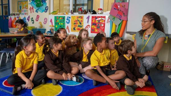 Es ist Wuffels erster Tag als Probeschüler in Evis Klasse. | Rechte: ZDF und Darrell MacQueen
