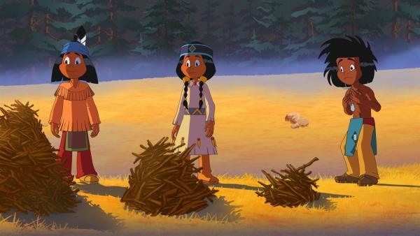 Yakari (l.) hat am meisten Brennholz gesammelt, Regenbogen (m.) am zweitmeisten und Kleiner Dachs (r.) am wenigsten. | Rechte: WDR/Ellipsanime Productions/Belvision/Les Cartooneurs Associés/2 Minute