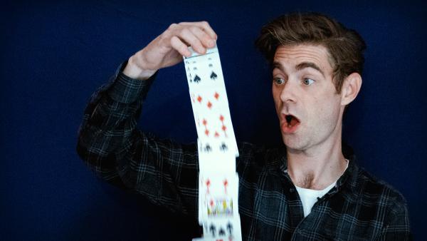 Bei diesem Kartentrick gewinnt Matt immer. Er zeigt dir, wie es geht! | Rechte: KiKA