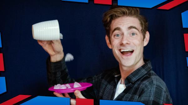 Matt zeigt dir, wie du Wasser in Eiswürfel verwandelst! | Rechte: KiKA