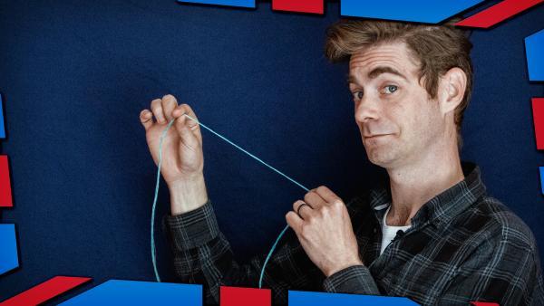 Matt zeigt dir, wie magisch ein Einhorn-Haar ist. | Rechte: KiKA