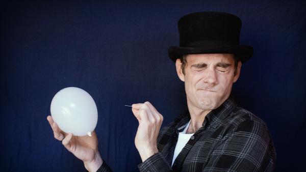 Matt zeigt dir, wie du einen Ballon unverwundbar machen kannst. | Rechte: KiKA