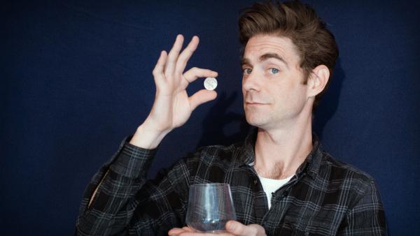 Matt zeigt dir, wie du eine Münze ganz einfach verschwinden lassen kannst. | Rechte: KiKA