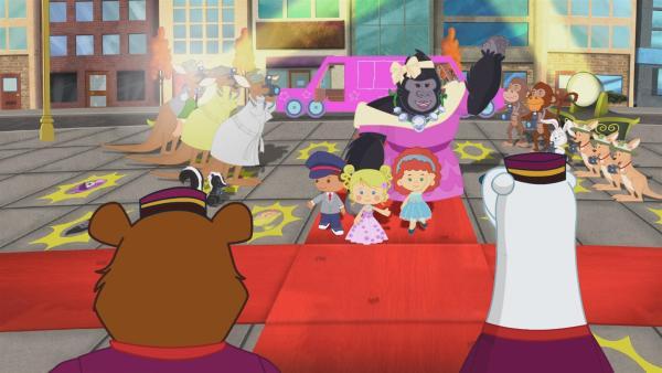 Finn, Zoé, Tanja und Miranda laufen über den roten Teppich. | Rechte: KiKA/Mike Young Productions