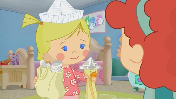Zoé und QuackQuack tragen am Hut-Tag lustige, selbst gebastelte Hüte. | Rechte: KiKA/Mike Young Productions