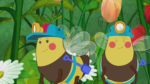 Zoé und ihre Freunde sind als Elfen unterwegs und lernen in einem Blumenfeld eine kleine Biene kennen, die ihren ersten Arbeitstag hat.   Rechte: KiKA/Mike Young Productions