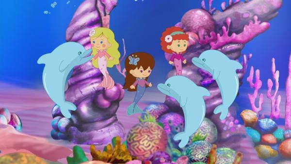 Nachdem ein Sturm die Meerestiere im Ozean verstreut hat, helfen die Meerjungfrauen Zoé, Lili und Tanja den Fischen, Delfinen und Krebsen Krabben wieder nach Hause zu finden. | Rechte: KiKA/Mike Young Productions