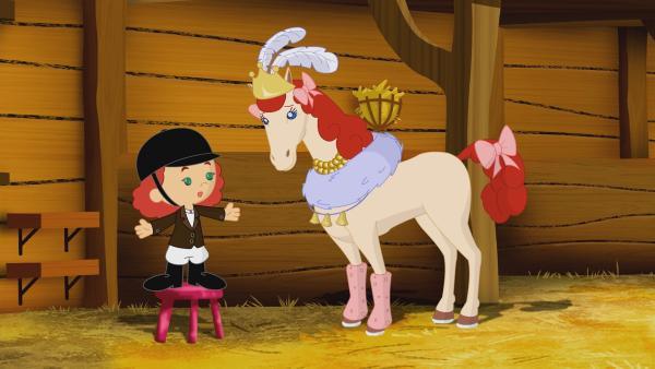 Tanja schmückt ein Pferd, das eine Balanciernummer auf einem Hochseil vorführen will. | Rechte: KiKA/Mike Young Productions