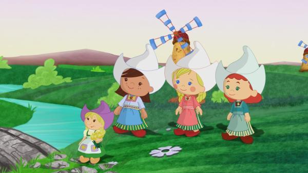 Zoé, Tanja, Carla und QuackQuack machen heute einen Ausflug nach Holland. Sie sehen dort Windmühlen und lernen Kornelia kennen, die ihnen wunderschöne Tulpen schenkt.   Rechte: KiKA/Mike Young Productions