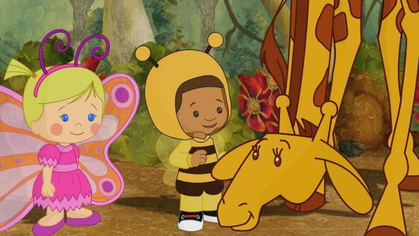 Zoé und Hamid helfen der Giraffe ein passendes Kostüm für ihr Fest zu finden. | Rechte: KiKA/Mike Young Productions