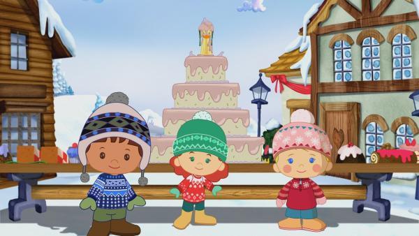 Zoé, Tanja, Finn und QuackQuack mit einem riesigen Moltebeerenkuchen in Norwegen. | Rechte: KiKA/Mike Young Productions