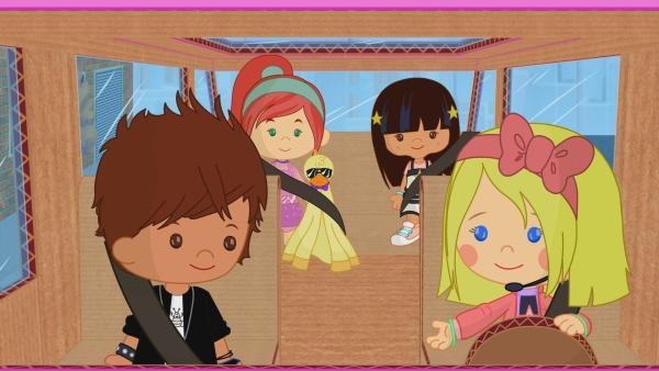 Zoé, Tanja, Yasemin, Finn und QuackQuack sollen als Popband auftreten. Doch sie haben Probleme noch rechtzeitig zu ihrem Auftritt zu kommen.   Rechte: KiKA/Mike Young Productions