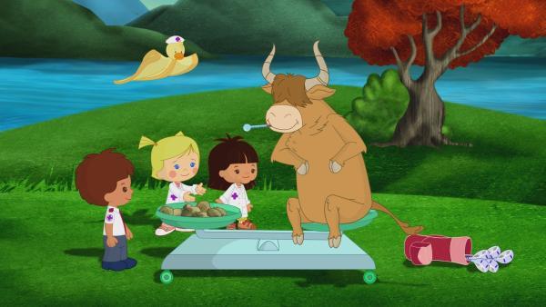 Zoé, Yasemin, Finn, und QuackQuack sind als Tierärzte in Schottland. Sie helfen einem starken Stier, der schlecht sieht. | Rechte: KiKA/Mike Young Productions