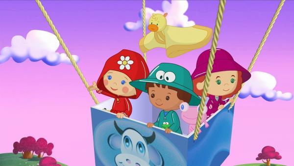 In einem Heißluftballon fliegen Zoé, Finn und Tanja gemeinsam mit QuackQuack und Soggi hoch in die Luft. | Rechte: KiKA/Mike Young Productions