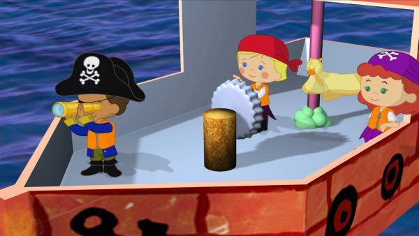 Käpt'n Zoé (Mitte) mit ihren Freunden Hamid und Tanja – diesmal als Piraten verkleidet. | Rechte: KiKA/Mike Young Productions
