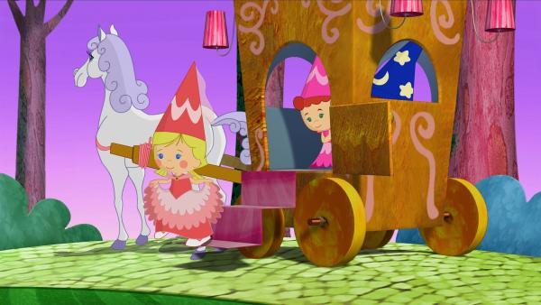 Mit einer Kutsche fahren die Prinzessinnen Zoé und Tanja mit Zauberer Finn zu einem grünen Schloss. | Rechte: KiKA/Mike Young Productions