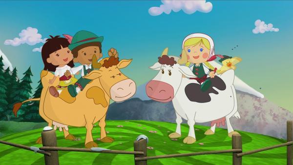 Yasemin, Hamid, Zoé und QuackQuack reiten auf Kühen. | Rechte: KiKA/Mike Young Productions