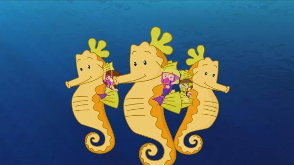 Lili, Zoé und Max reiten auf riesigen Seepferdchen. | Rechte: KiKA/Mike Young Productions
