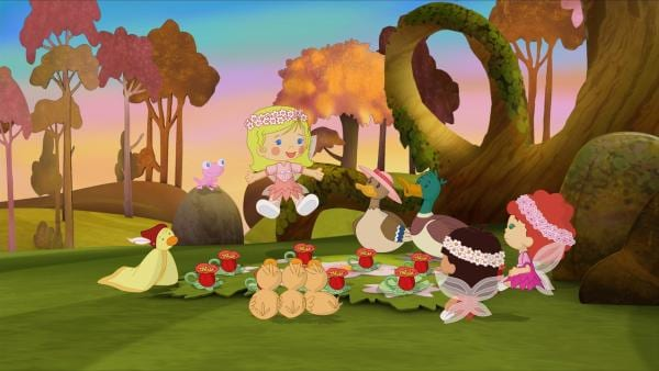 Gemeinsam mit Familie Ente essen die drei Waldfeen, QuackQuack und Soggi zu Abend. | Rechte: KiKA/Mike Young Productions