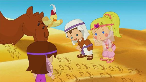 Gemeinsam mit Asif entdecken Lili, QuackQuack, Max und Zoé Spuren im Sand.   Rechte: KiKA/Mike Young Productions
