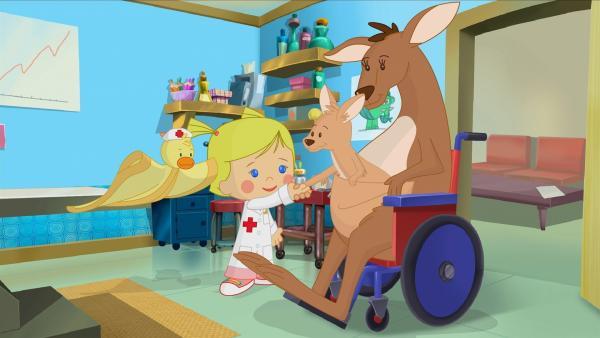 Danach muss das Känguru Mama Ru von Zoé verarztet werden. Das kleine Känguru Joey Ru schaut interessiert zu.   Rechte: KiKA/Mike Young Productions