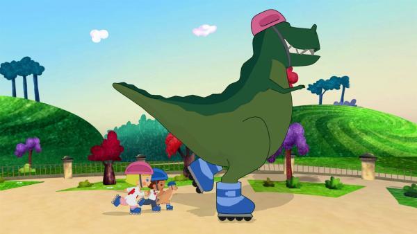 Zoé, Finn, Joey Ru und Dinosaurier John laufen zu einem lustigen Lied Rollschuhe. | Rechte: KiKA/Mike Young Productions