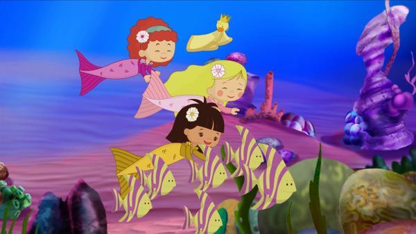 Unter Wasser schwimmen Zoé, Tanja, Yasemin und QuackQuack gemeinsam mit bunten Fischen. | Rechte: KiKA/Mike Young Productions