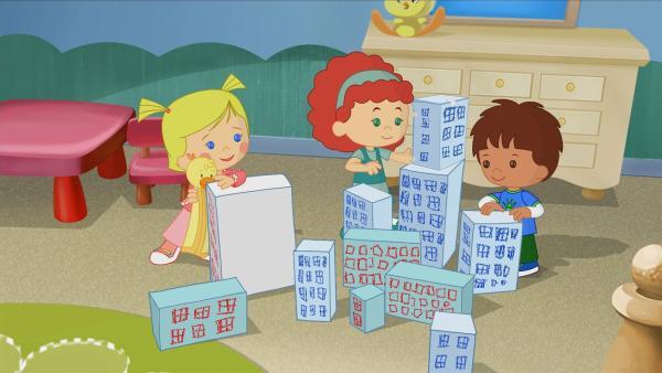 Zoé, Tanja und Finn bauen aus Kartons eine Stadt. | Rechte: KiKA/Mike Young Productions