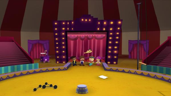 Hamid, Finn, Zoé, Yasemin und QuackQuack in der noch leeren Arena. | Rechte: KiKA/Mike Young Productions