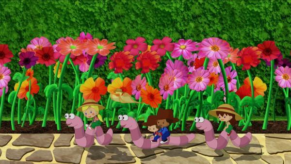 Zoé und ihre Freunde Max, Hamid und Lili reiten auf riesigen Würmern und QuackQuack fliegt nebenher. | Rechte: KiKA/Mike Young Productions