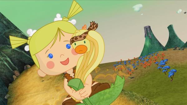 Zoé rutscht mit QuackQuack im Land der Dinosaurier auf einem Blatt den Hang hinab. | Rechte: KiKA/Mike Young Productions