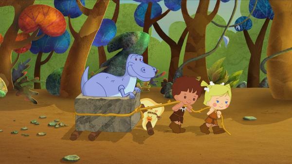 QuackQuack, Finn und Zoé zeigen dem Dinosaurier wie man schwere Dinge auf die leichte Art transportieren kann. | Rechte: KiKA/Mike Young Productions