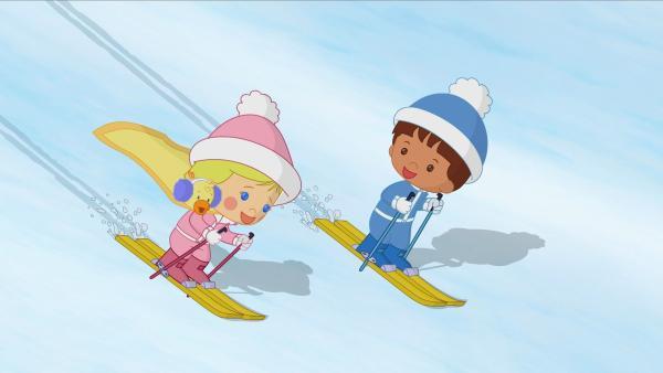Zoé (li.), Ente QuackQuack und Finn fahren Ski. | Rechte: KiKA/Mike Young Productions