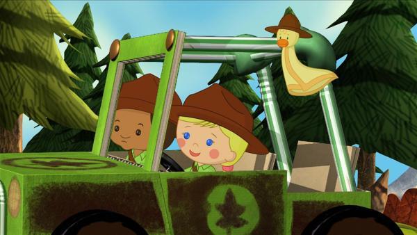 Hamid, Zoé (Mi.) und QuackQuack sind diesmal Waldhüter und fahren hier im Jeep durch die Gegend. | Rechte: KiKA/Mike Young Productions